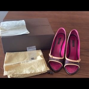 Size 38 Louis Vuitton Logo and Pink Pump